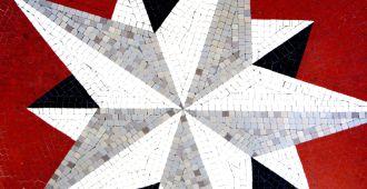 Le Phare du Cap-Ferret, l'exposition Horizons voyageurs, espace galerie basse, détail de la rose des vents mosaïque