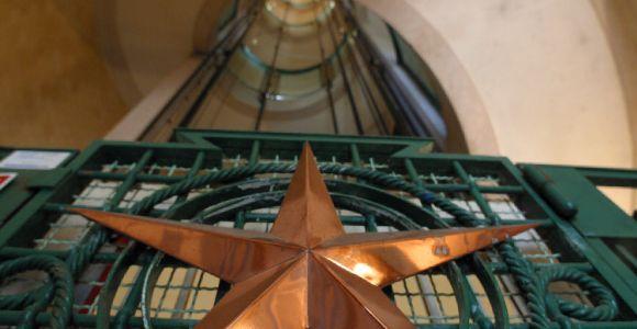 Le Phare du Cap Ferret, exposition Horizons Voyageurs, la galerie basse, detail etoile sur la cage d'ascenseur